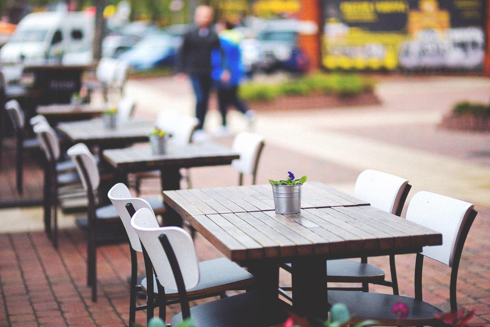 Autoparkplätze langfristig für Gastronomie und Begrünung freigeben